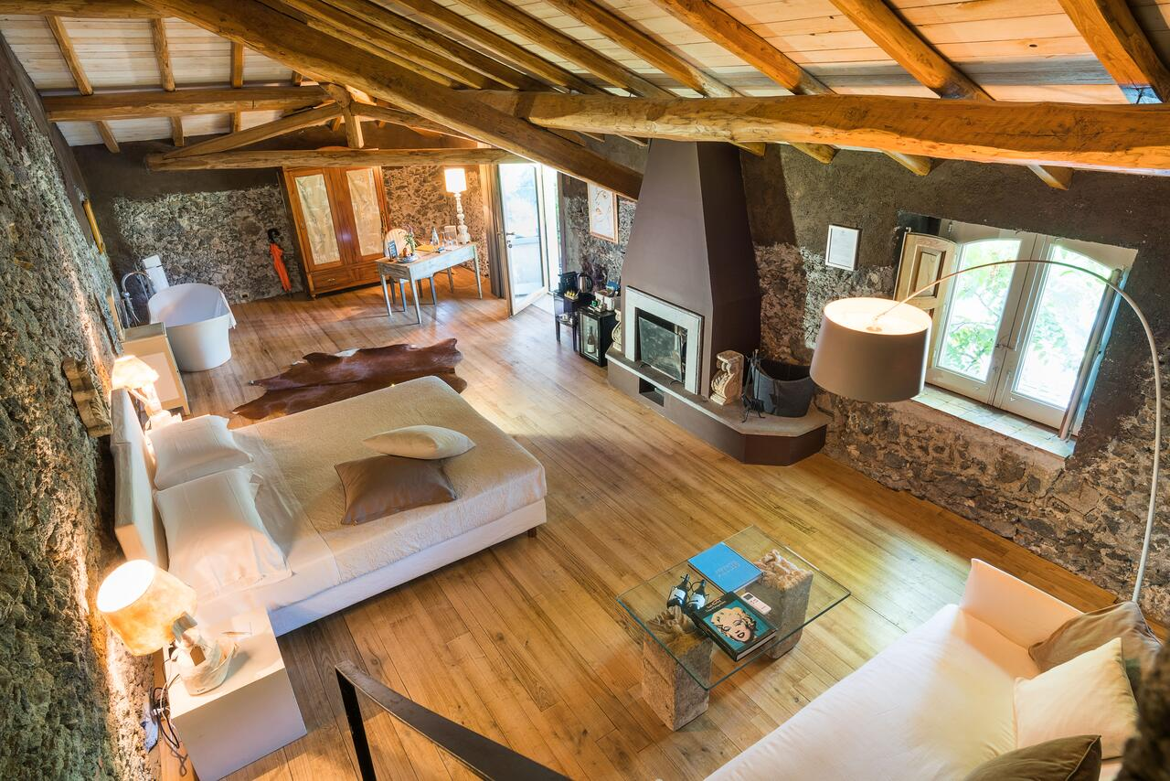 Rustic Stay Mount Etna
