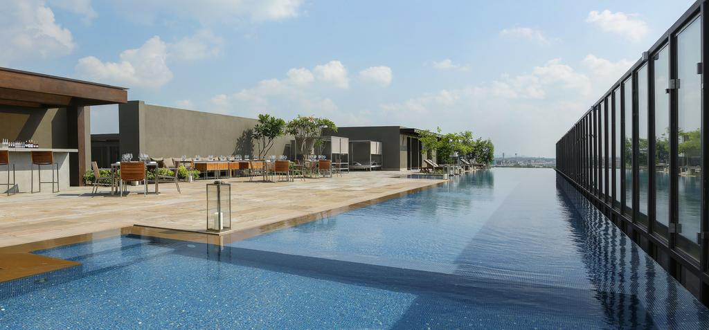 The rooftop infinity pool at Roseate House